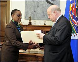 Ambassador Mrs. Jacinth Lorna Henry-Martin presents her credentials to OAS Secretary General José Miguel Insulza.